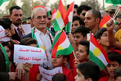 El gobernador de Kirkuk, Najmaddin Karim (de gafas), este miércoles.