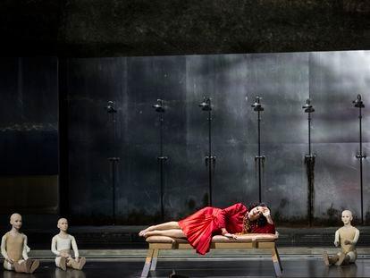 Clitemnestra (Tanja Ariane Baumgartner) lamentándose de sus malos sueños en la escena con su hija Electra.