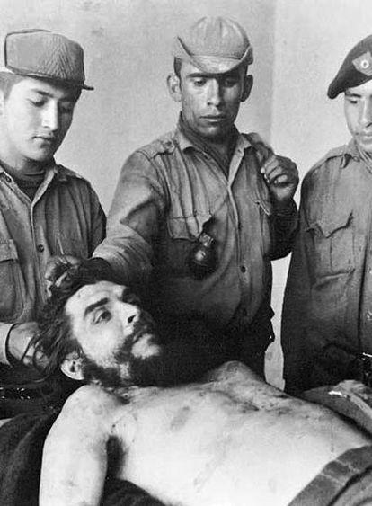Un grupo de soldados rodea el cuerpo del Che poco después de ser asesinado.