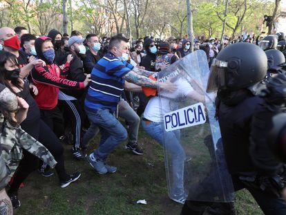 La Policía Nacional ha cargado contra los manifestantes congregados en Vallecas para protestar por el acto de precampaña de Vox, este miércoles.