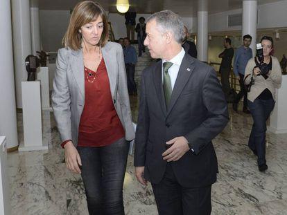 El lehendakari Urkullu e Idoia Mendia (PSE), en los pasillos del Parlamento vasco esta legislatura.
