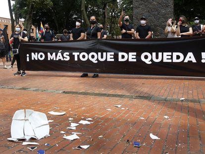Miembros de la industria del entretenimiento protestan en Medellín contra las medidas para prevenir el coronavirus.