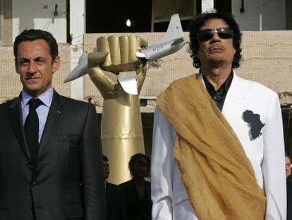 Sarkozy y Gadafi escuchan el himno francés en Trípoli durante una visita del primero a Libia en 2007.