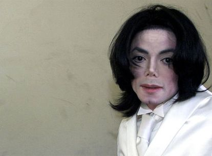 El cantante, fotografiado en diciembre de 2002, a su llegada al tribunal de Santa María (California) para testificar sobre una ruptura de contrato.