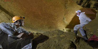 Interior de la cueva de Lekeitio (Bizkaia) donde han sido hallados grabados paleolíticos.