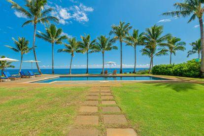 La piscina de agua salada, situada a la sombra de varias palmeras. Hay más de cien en el terreno.