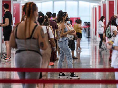 Cola de vacunación en la Ciudad de las Artes y las Ciencias de Valencia, a finales de julio.