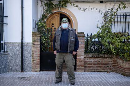 José Peral, vecino afectado de Campillos, delante de su casa.