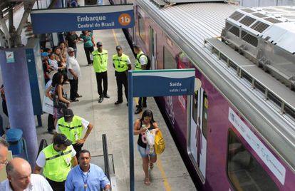 Uno de los nuevos trenes de Supervía circula por la estación Central do Brasil, en Río de Janeiro.