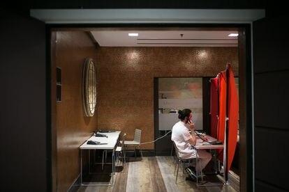 Un sanitario, en el hotel medicalizado Plaza de Barcelona, el pasado 14 de abril.