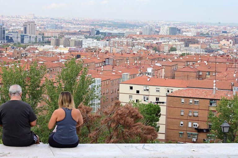 Dos personas en el cerro del Tío Pío en el barrio madrileño de Numancia, uno de los afectados por las restricciones de movilidad acordadas por el Gobierno de Madrid.