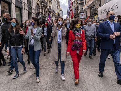 Desde la izquierda, Ione Belarra, Irene Montero, Yolanda Díaz, Carmen Calvo y José Luis Ábalos, este sábado por las calles de Madrid.