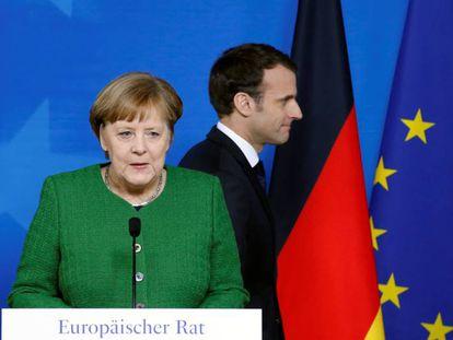 La canciller alemana, Angela Merkel, junto al presidente francés, Emmanuel Macron, en la última cumbre en Bruselas.