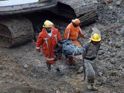 Miembros de los bomberos y la Defensa Civil colombiana rescatan a una persona tras el derrumbe de una mina de oro en el departamento colombiano del Cauca. EFE/Archivo
