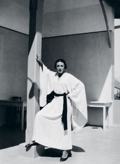 Marga d'Andurain diseñó este quimono blanco con el que posó en la terraza del Carlton de Beirut.