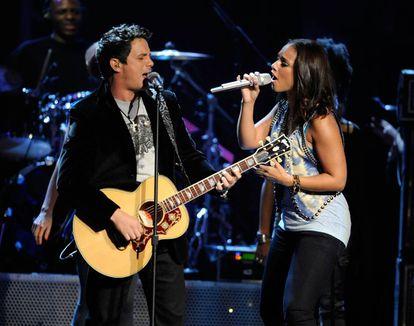 Alejandro Sanz y Alicia Keys en los Grammy Latinos de 2009 cantando 'Looking for paradise', tema que compusieron juntos.