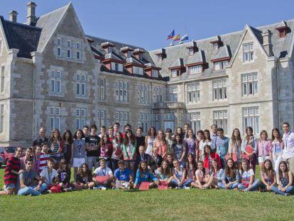 Los 100 estudiantes con mejores notas, ante el palacio de la Magdalena.