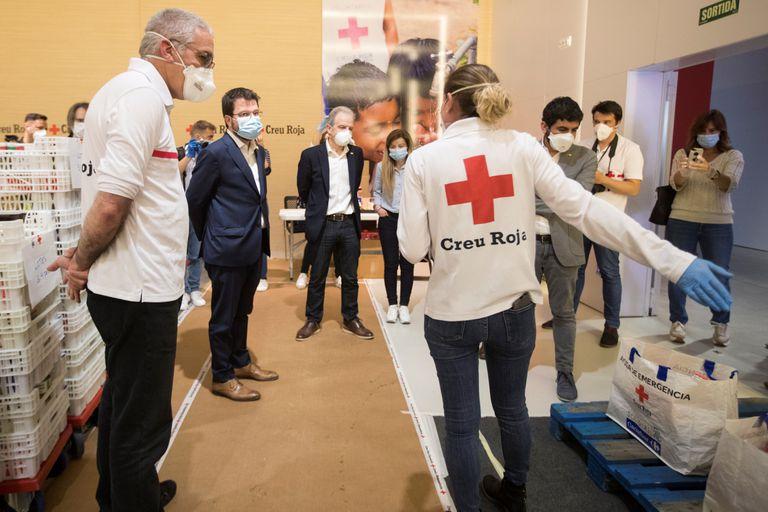 El vicepresidente de la Generalitat, Pere Aragonés (2i), y otros representantes del Govern en una visita a la Cruz Roja