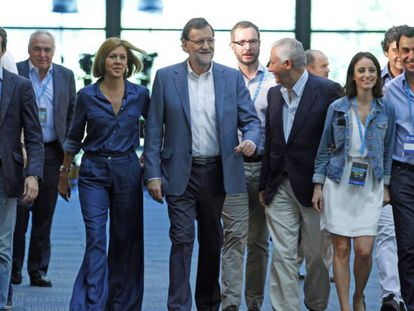 Rajoy, entre varios líderes del PP, en la conferencia política de julio de 2015.
