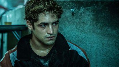 El actor Gabriel Leone en un fotograma de 'DOM', serie de Amazon Prime Video.