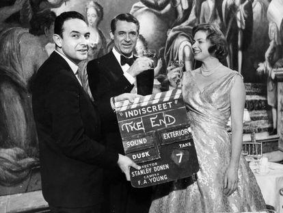 Stanley Donen da la claqueta final el 12 de febrero de 1958 de 'Indiscreta', con Cary Grant e Ingrid Bergman.
