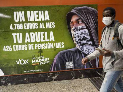 Cartel electoral de Vox, en una estación de Cercanías en Madrid el pasado abril.
