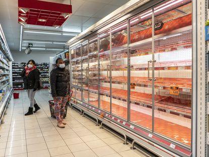 Estantes vacíos en un supermercado de Madrid.