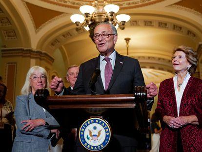 El líder de la mayoría demócrata en el Senado, Chuck Schumer, se dirige a la prensa este martes por la noche en el Capitolio.