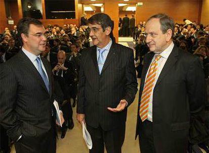 Sevilla (BBVA), a la izquierda; Olavarrieta (CECA) y Aríztegui, del Banco de España.