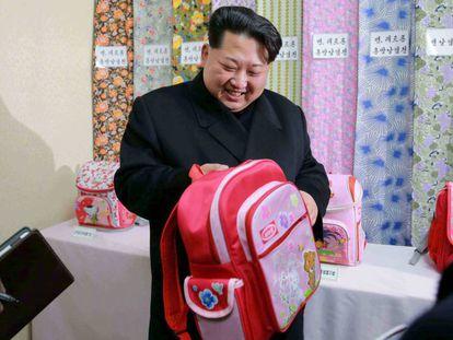 El líder norcoreano visita una fábrica textil el año pasado.