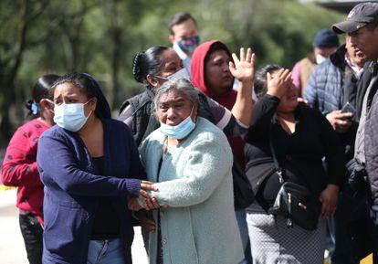 Familiares de Gabriela Gómez, la mujer fallecida en el atentado al secretario de Seguridad Pública de Ciudad de México, Omar García Harfuch, este viernes.