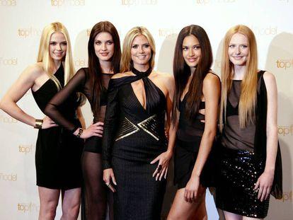 La modelo Heidi Klum, en el centro, rodeada de concursantes del programa 'Germany's Next Topmodel'.