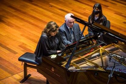Daniel Barenboim and his wife, Elena Bashkirova, at the piano, this Wednesday at the In Memoriam Concert to Dmitri Bashkirov.