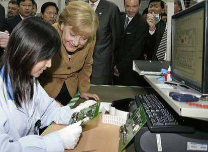 Angela Merkel, durante su visita, el pasado miércoles, a la fábrica de Siemens en Nanjing.