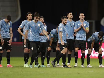 Los futbolistas de Uruguay tras el partido contra Colombia.