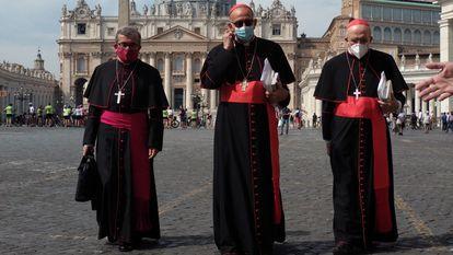 El presidente de los obispos españoles, Juan José Omella (centro), el secretario general, Luis Argüello (izquierda), y el vicepresidente, Carlos Osoro, en febrero tras una audiencia con el Papa.