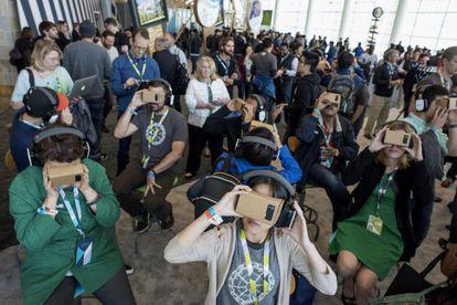 Asistentes de la conferencia de Google probando las gafas de realidad virtual de bajo coste Cardboard.