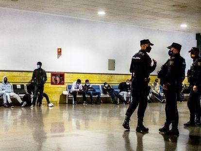 Migrantes subsaharianos y marroquíes son retenidos durante horas por la policía para evitar que vuelen hacia la península desde el aeropuerto de Gran Canaria, en diciembre.
