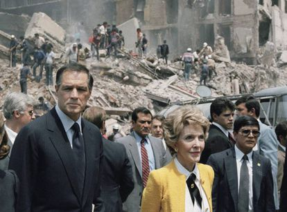 El embajador Gavin y Nancy Reagan observan los daños del terremoto de septiembre de 1985 en la Ciudad de México.