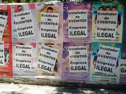 Carteles de conciertos saboteados en una calle de Madrid.