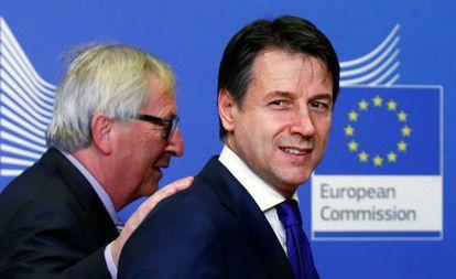 El primer ministro italiano, Giuseppe Conte, junto a Jean-Claude Juncker.