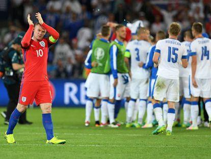 Rooney aplaude a los aficionados ingleses.