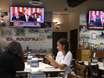El interior del restaurante El Arepazo, punto de encuentro de los venezolanos en Doral (Florida).