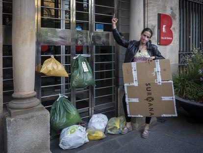 Protesta contra el sistema de recogida de basura puerta a puerta en el distrito de Sant Andreu de Barcelona, en mayo pasado.
