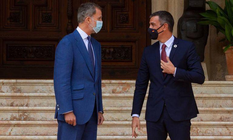 Felipe VI junto a Pedro Sánchez, en el Palacio de Marivent el pasado martes.