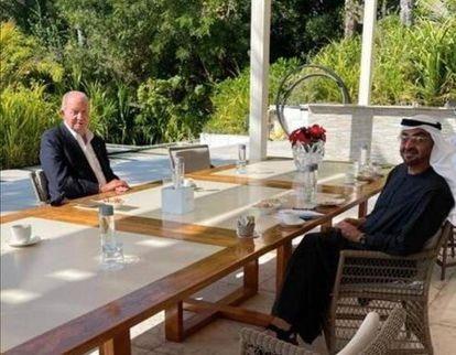 El rey emérito, con el príncipe heredero de Abu Dabi, Mohamed bin Zayeb, en el porche de la mansión donde reside en la isla de Zaya Nurai, en una imagen difundida en febrero.