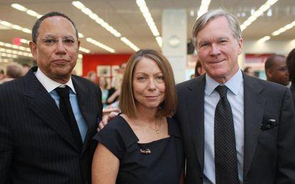 Jill Abramson, en el centro, acompañada de su predecesor, el entonces director ejecutivo Bill Keller (dcha) y Dean Buquet (izda.) quien le sustituirá en el cargo.
