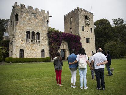 Un grupo de turistas realiza una de las visitas guiadas al Pazo de Meirás, en Sada (A Coruña)