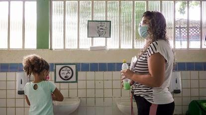 Las profesoras de este centro educativo de São Paulo están muy pendientes de que sus alumnos cumplan con todas las medidas de higiene. Pincha en la imagen para ver la fotogalería completa.