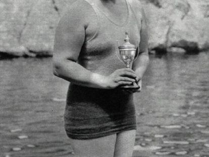 Clara Stauffer posa con un trofeo de natación en la laguna de Peñalara en 1931.